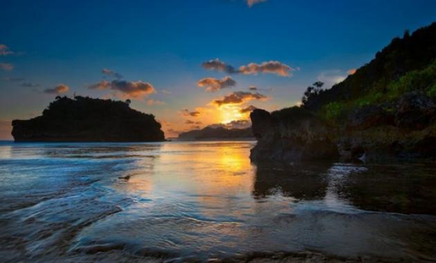Menikmati Panorama Sunset di Gazebo Pantai Drini yang Amazing