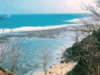 Air Laut Berwarna Biru Bergradasi Hijau Jadi Pemandangan Indah Pantai Gunung Payung Bali