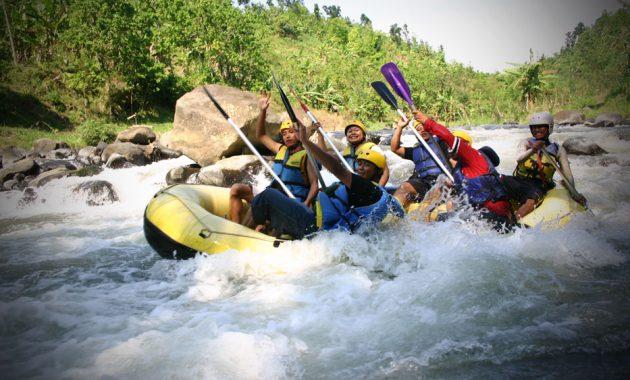 Uji Adrenalin Dengan Wisata Arung Jeram Paling Menantang di Indonesia