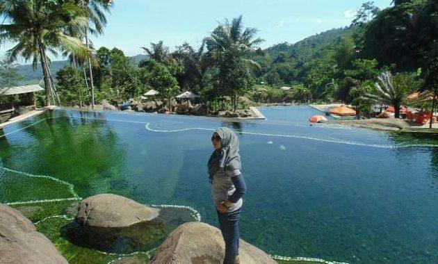 Asyiknya Bermain Air di Taman Batu Cijanun Purwakarta